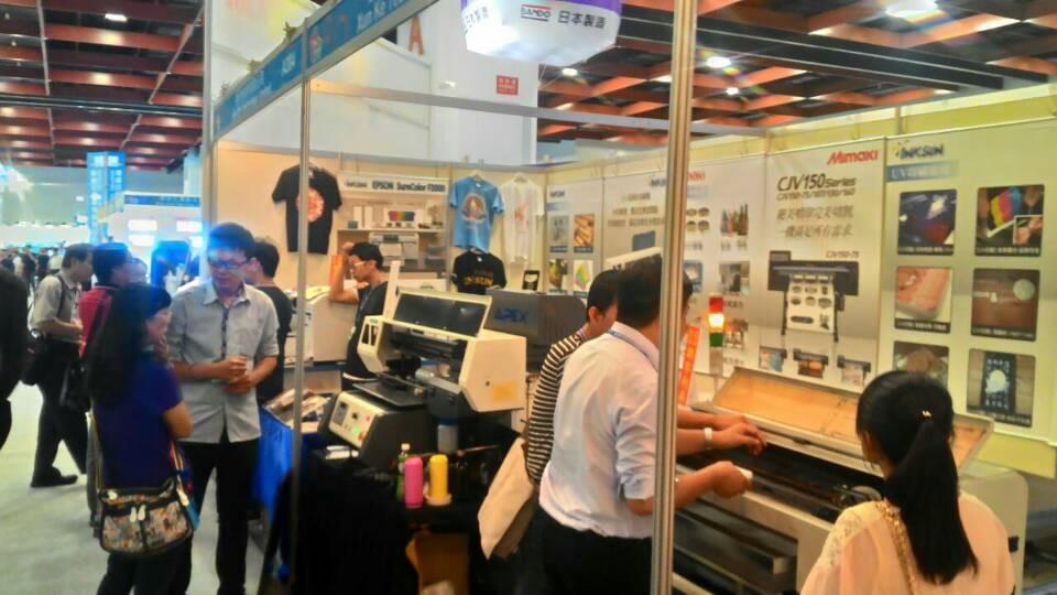 ApexJet提供手機殼印刷機,透過UV數位直噴機能夠直接印刷在各種材質的手機殼上