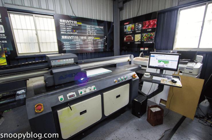 這張圖片的 alt 屬性值為空,它的檔案名稱為 apex-2513-industrial-uv-printing-machine.png