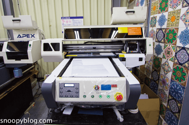 這張圖片的 alt 屬性值為空,它的檔案名稱為 apex-6090-desktop-uv-printing-machine.png