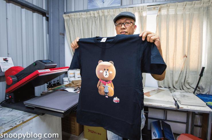 這張圖片的 alt 屬性值為空,它的檔案名稱為 showing-the-customized-printing-black-t-shirt.png